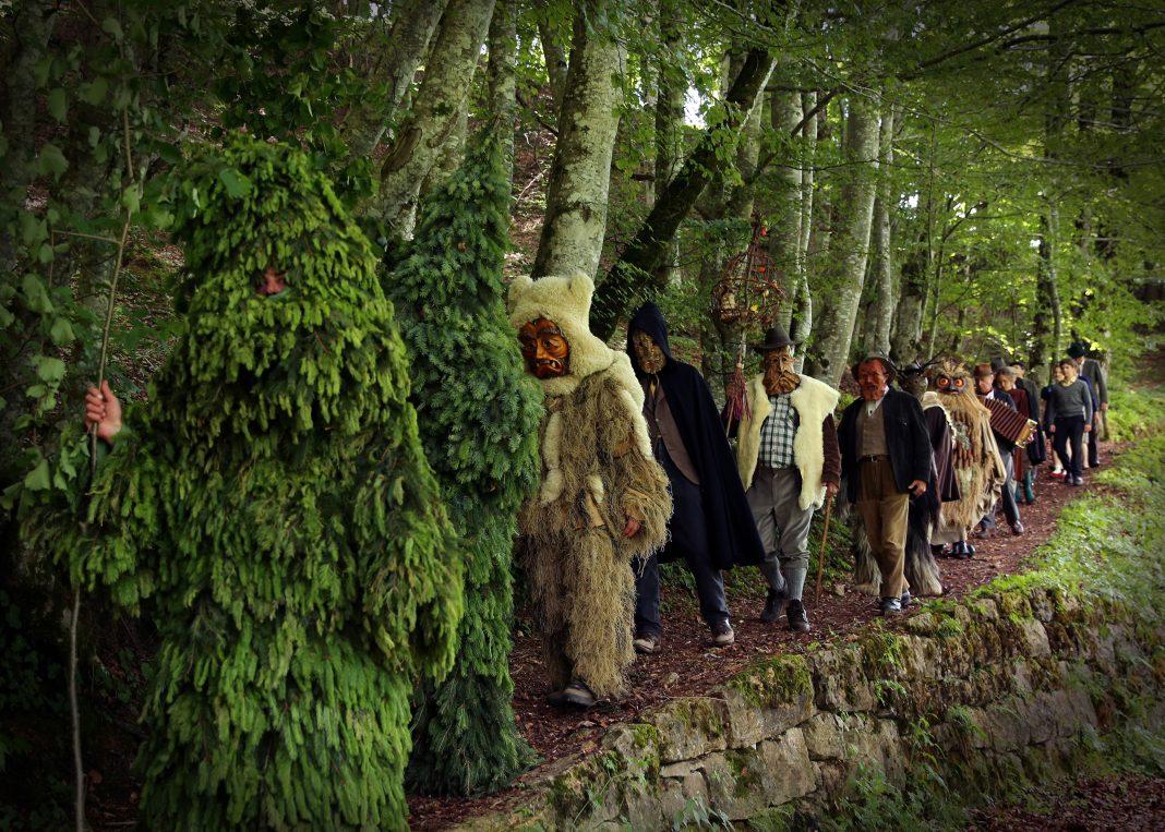 la-pelle-dell-orso-corteo-carnevale-italy-movie-walks